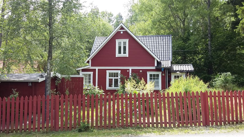 A lovely unique old house, only 15 km from Sthlm - Österhaninge - Casa
