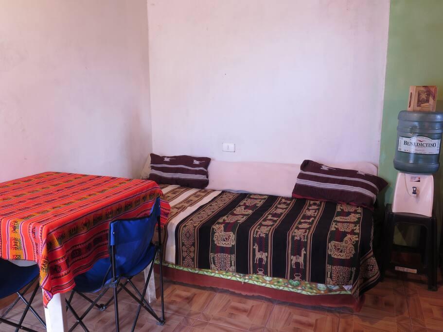 El sofá/cama desde otra persoectiva. Bajo la cubierta están listas las sábanas para ser utilizado como cama.