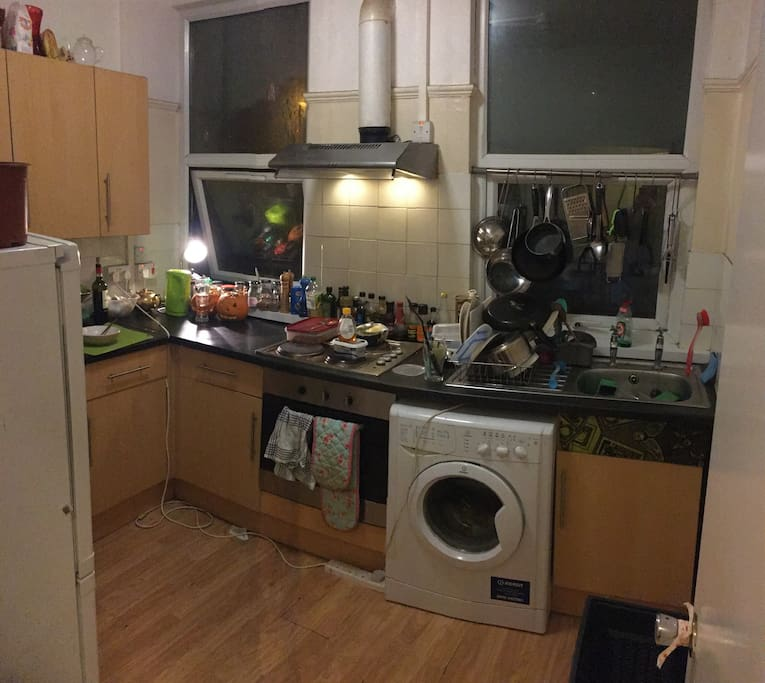 Fully equipped kitchen and washing machine