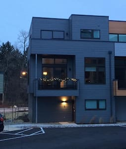 Modern townhouse 15 minutes outside of Cleveland - Fairview Park