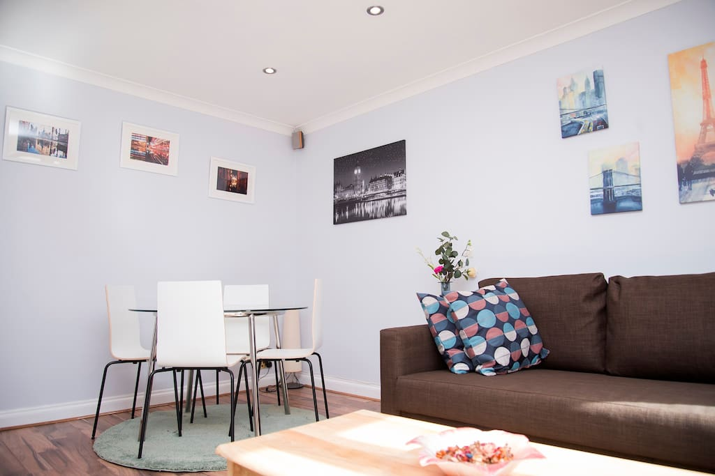 Living Room with dining area for 4 in the heart of London. A very short distance to the famous Camden Town market