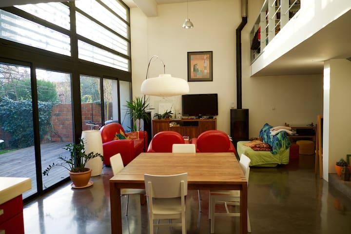 Pièce de vie. Salle à manger, salon avec poèle à bois, bureau, cuisine