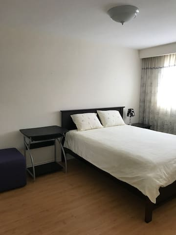 North York Queen bed with free parking Room C