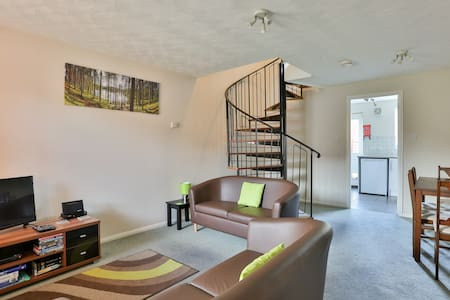 Elm House . Entire  2 Bed house - Swindon - Hus