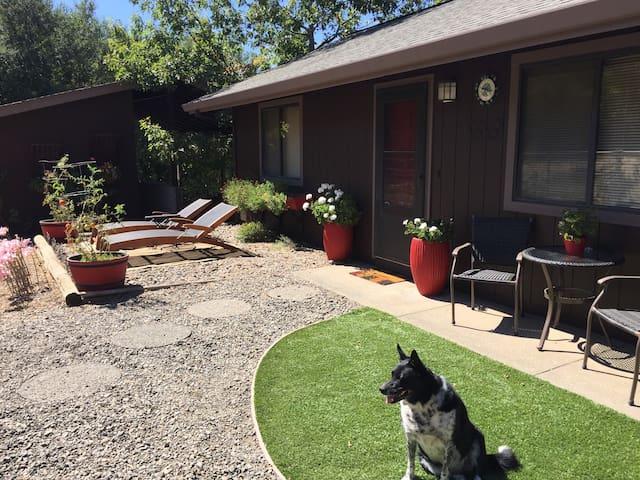 Kenwood Oaks Cottage-Pet Friendly, Great Location