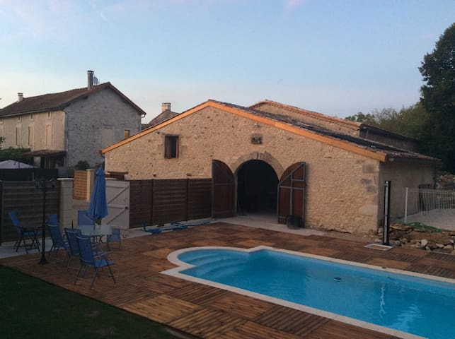 Character Home Acquitaine with pool - La Roquille - House