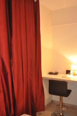 Espace travail wifi dans chambre deux lit 90
