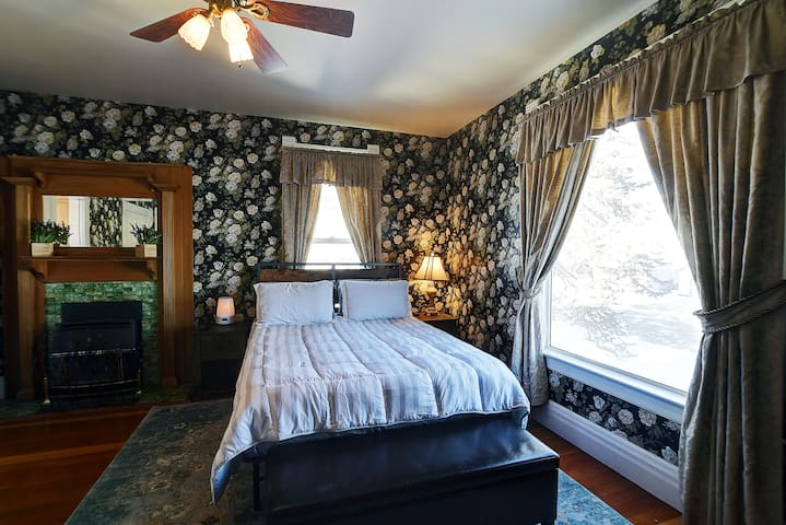 Master Suite in Governor's Mansion, pool table, private jacuzzi!