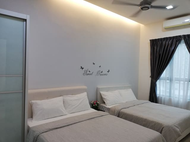 Cyberjaya Cozy Home@Dpulze/WIFI/2Queen bed/TV Box