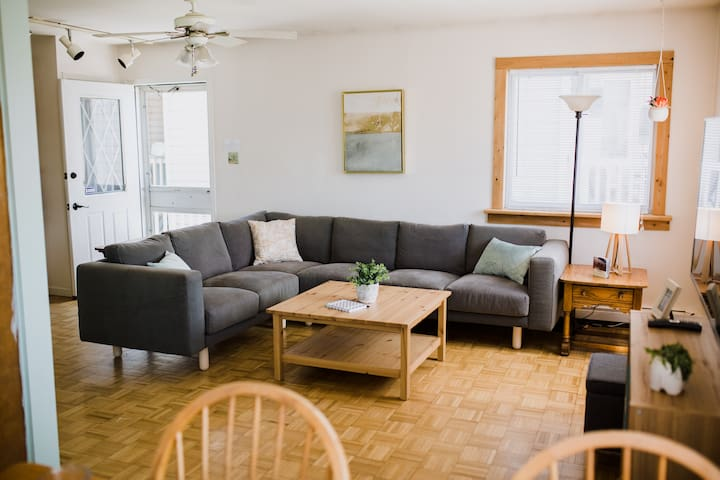 Willow's Beachside Loft - 2BD, sleeps 6, big yard!