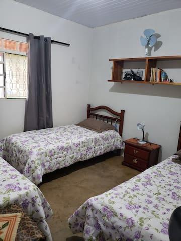 Quarto com 3 camas de solteiro Forro de PVC