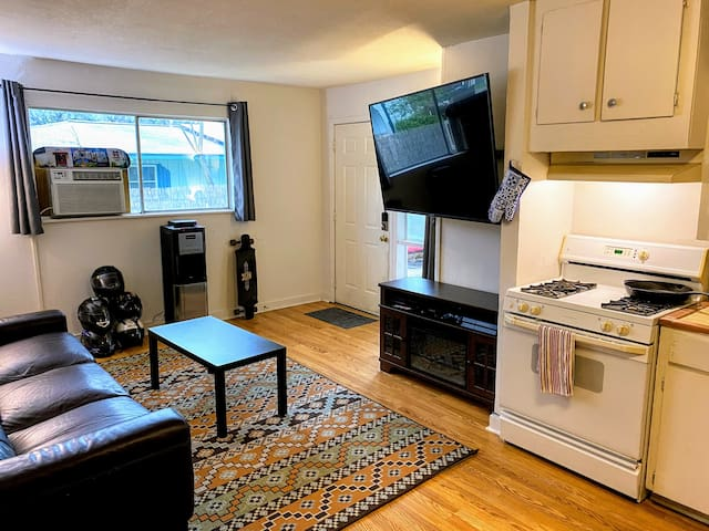 Entire Charming Zilker Apartment w/ Wi-Fi