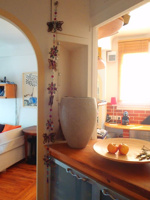 L'entrée avec vue sur le salon à gauche et la cuisine à droite
