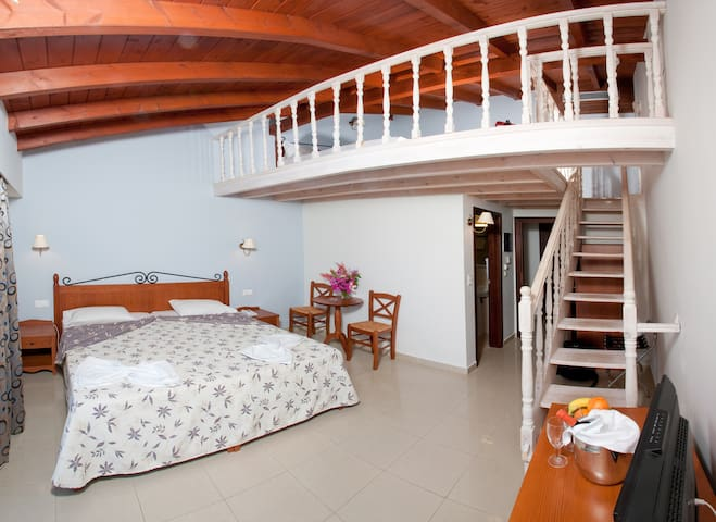 SPLIT LEVEL ROOM. - Ialysos - Bed & Breakfast