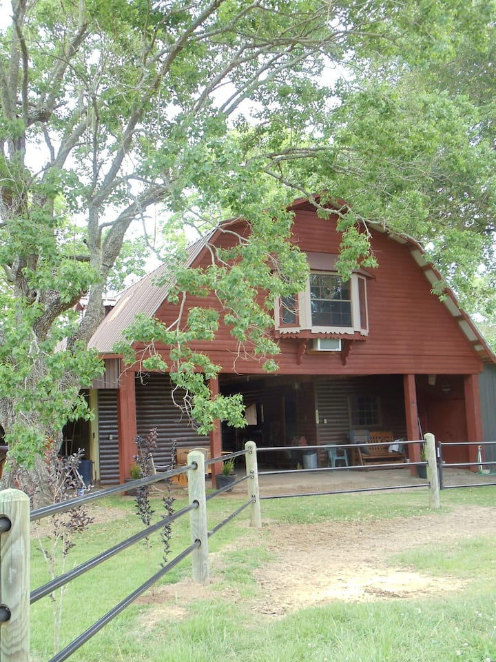 """""""Chickie's Roost"""" family-friendly barn apartment"""