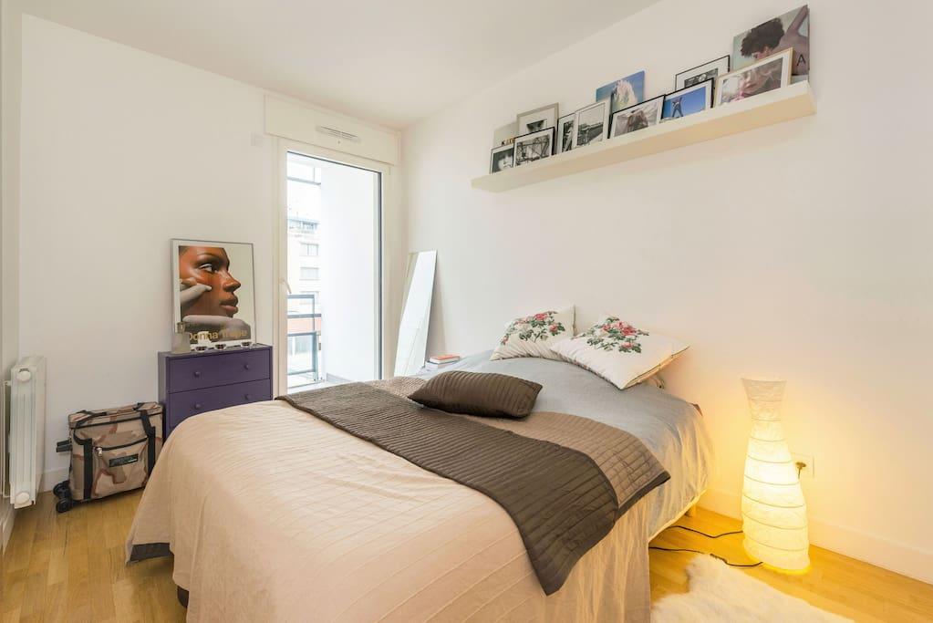 La chambre à coucher donnant également sur le balcon