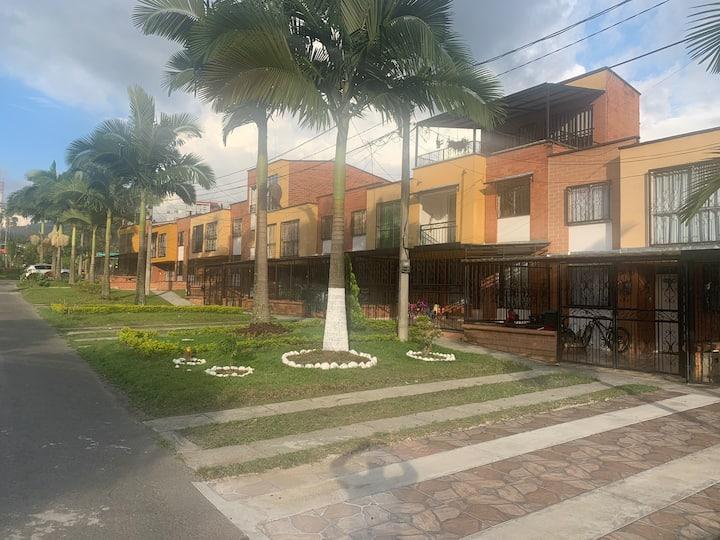 Cómoda casa de 3 pisos en barrio tranquilo