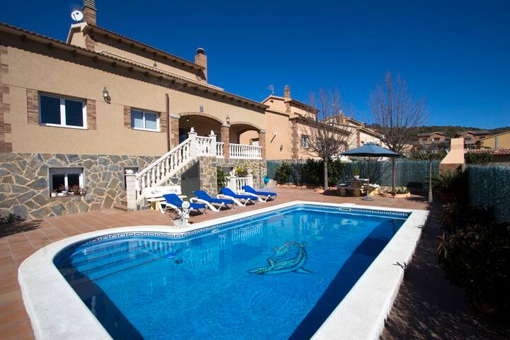 Catalunya Casas: Elegant modern villa for 10 guests in Roda de Berà, just 4 km from the beach!