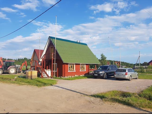 Маленький домик на обитаемом острове