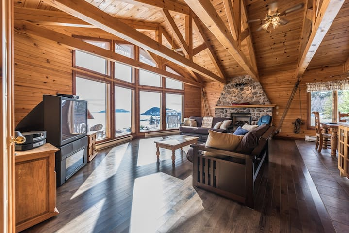 Luxurious, secluded chalet on 3-acre oceanfront - Tors Cove - House