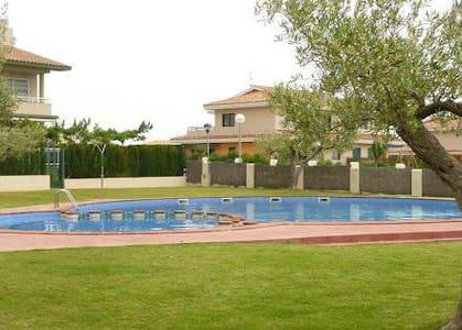Alquilo casa con jadín y piscina - Rumah
