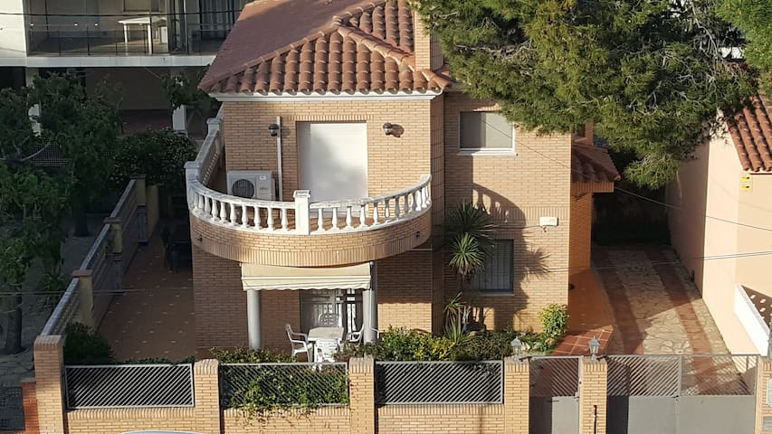 Villa La Torreta 30 m from the beach and wifi