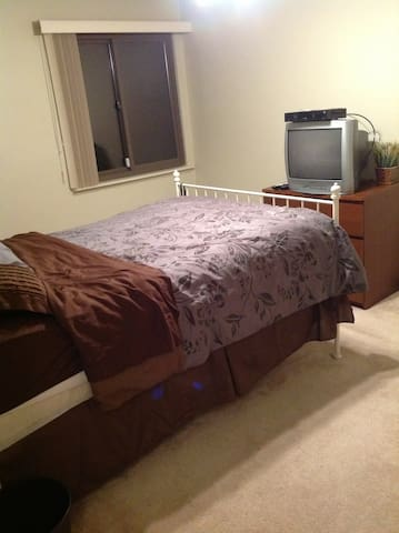 Sunny furnished bedroom available  - Montgomery Village - Σπίτι