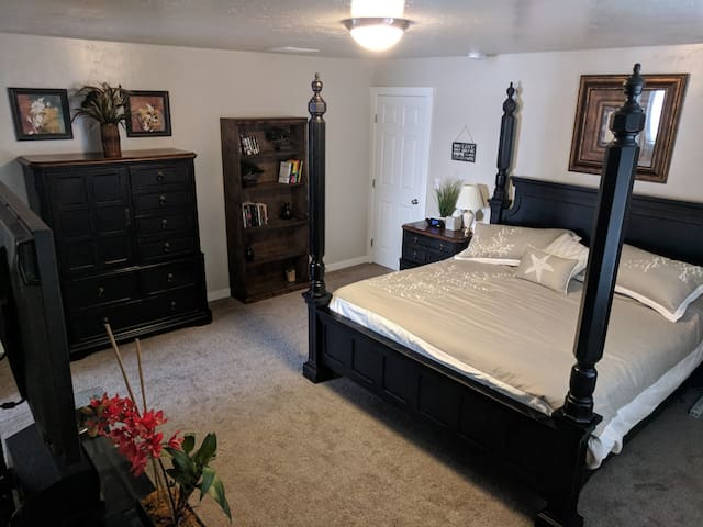 Comfy ~ Spacious ~ King Master Suite