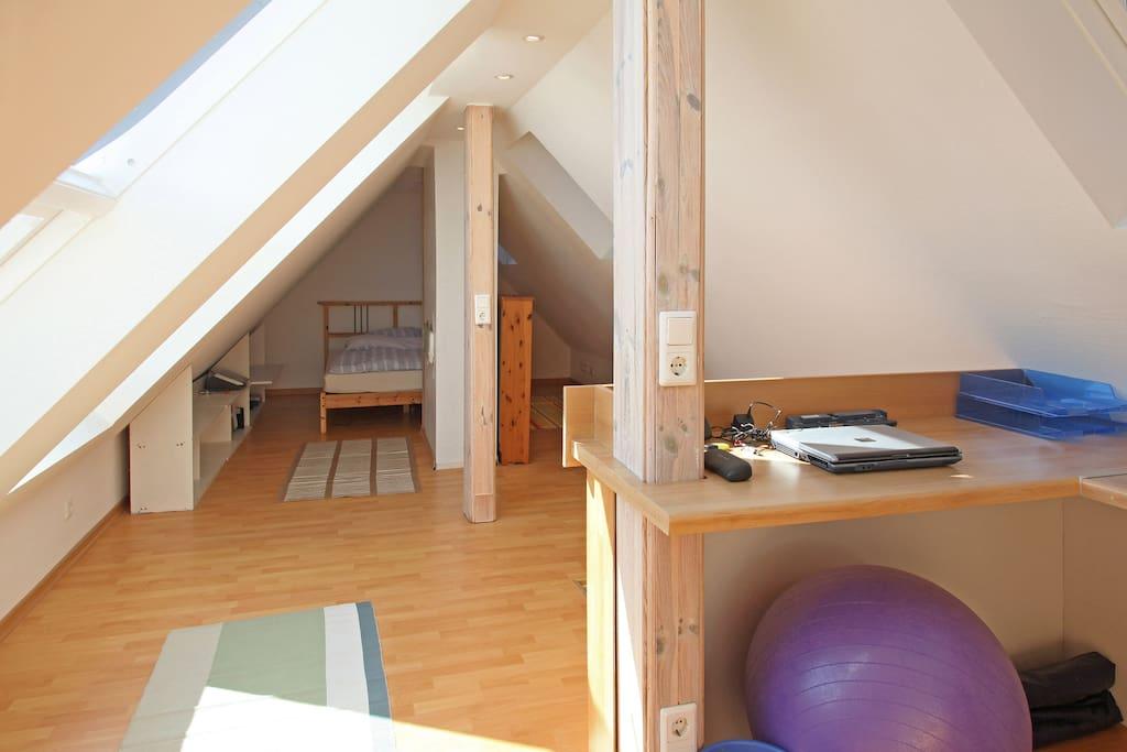 Schlafzimmer obere Etage vom Schreibtisch aus -bedroom upper floor seen from desk