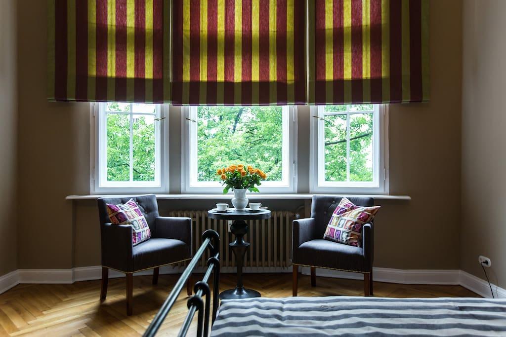 Fenster zum Kaiserdamm, einer Lindenallee.   Your window to Kaiserdamm, a linden avenue.