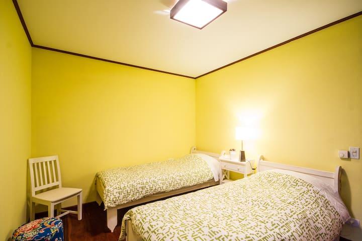 Dormitorio com duas camas de solteiro do chalet