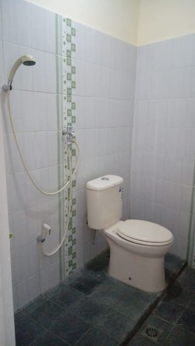 kamar mandi dalam dengan shower dan wc duduk