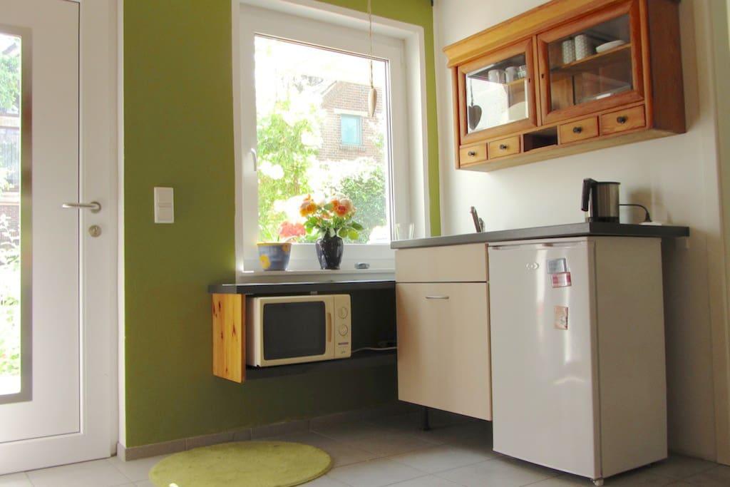 Frühstücksküche mit Kühlschrank, Spüle, Mikrowelle und Wasserkocher