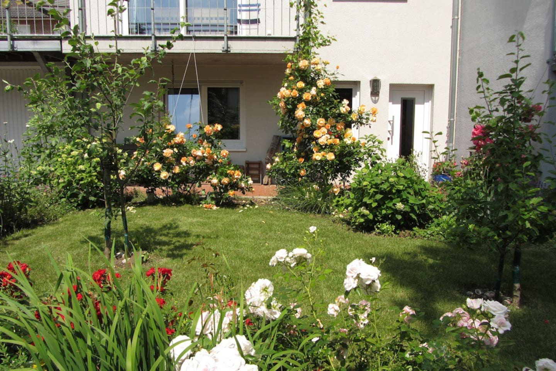Separater Eingang hinter der Rosenhecke