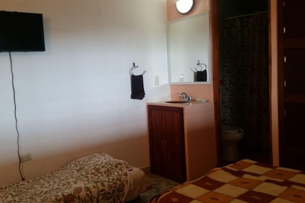 El cuarto cuenta con ventilador, baño equipado, agua caliente y tv con cable