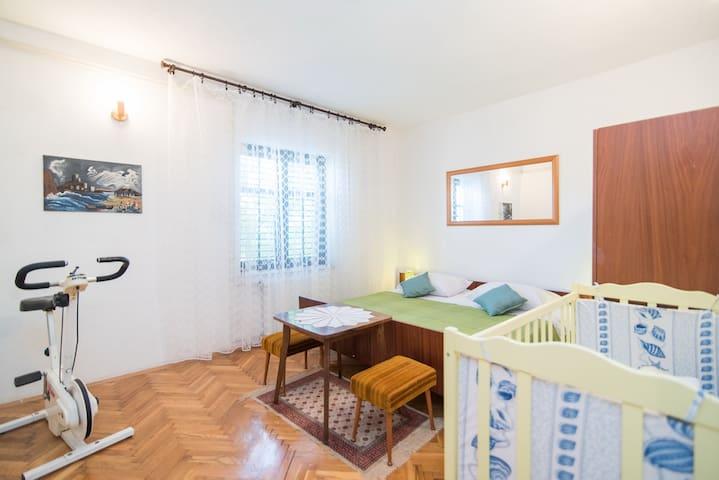 1. Schlafzimmer mit Kinderbett und 70er-Jahre-Hometrainer von Kettler
