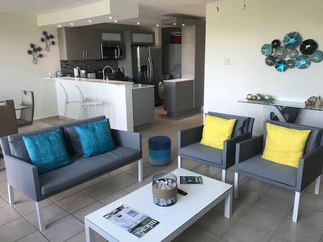 Remodeled 3-bedroom garden apartment - sleeps 7