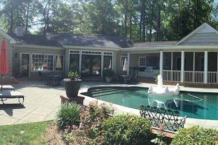 Downtown retreat with heated pool - Newnan
