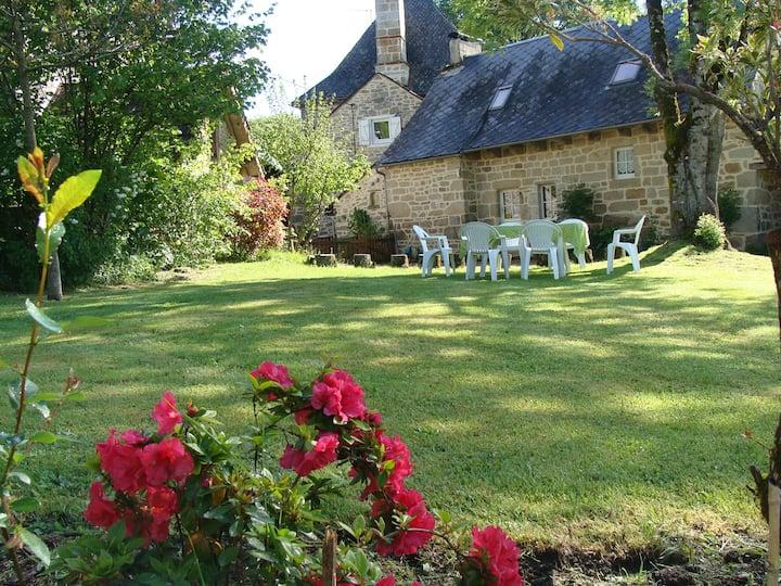 Belle maison de campagne en pierre avec jardin