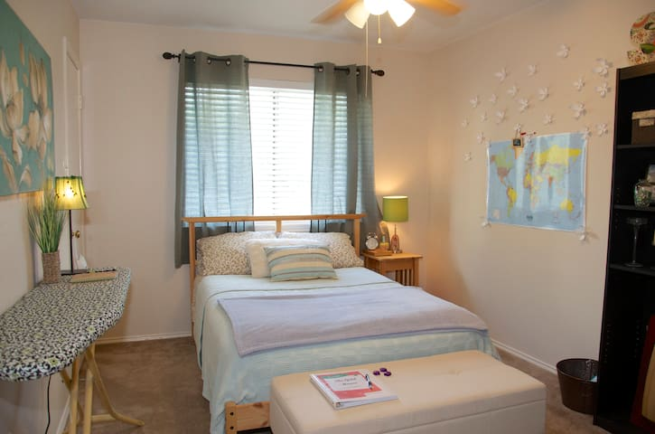 Private Rm/Bath @ the Gold House! - San Antonio - House