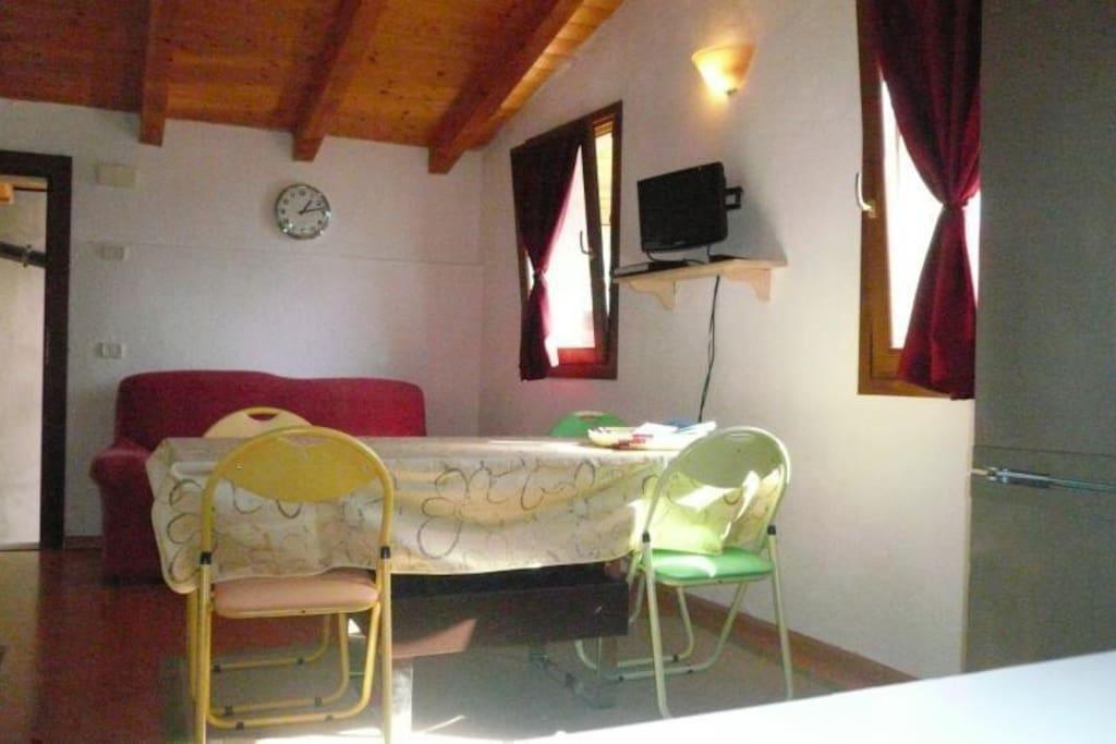 zona giorno - sala da pranzo e soggiorno