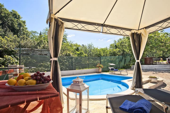 Authentic stone house with private pool is 8 km from resort of Umag