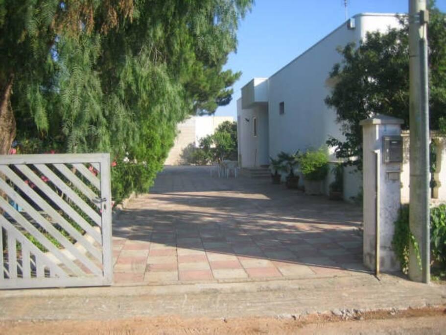 ingresso con giardino e posti auto