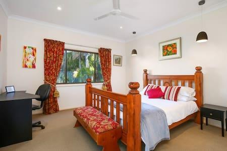 Relaxing Queen sized room with en-suite.