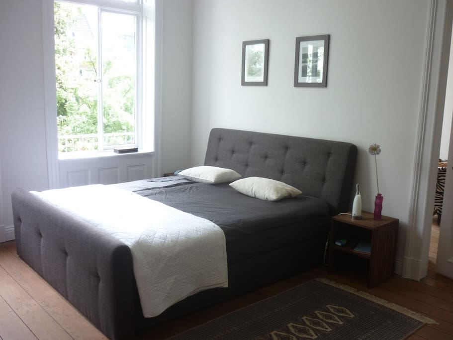 Das Schlafzimmer, nach hinten zum Garten 'raus ruhig und lichtdurchflutet,mit einem 180cm Boxspring-Bett