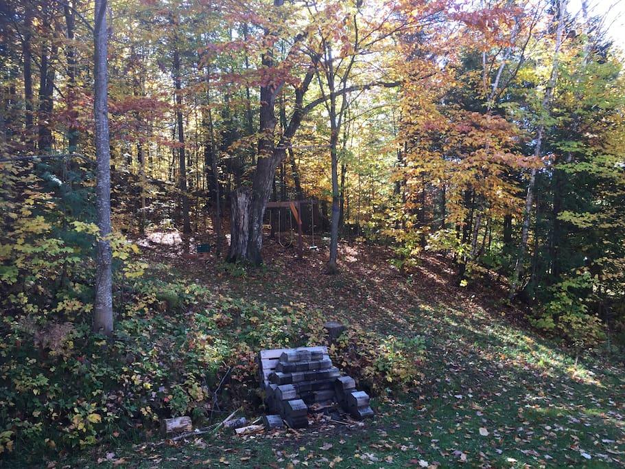 Bois et espace feu extérieur + espace jeu pour enfants sur le terrain