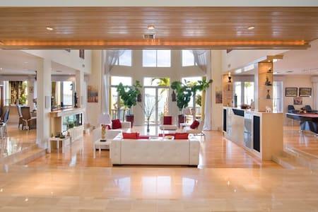 2 Story Luxury Waterfront Mansion - Miami - Ház