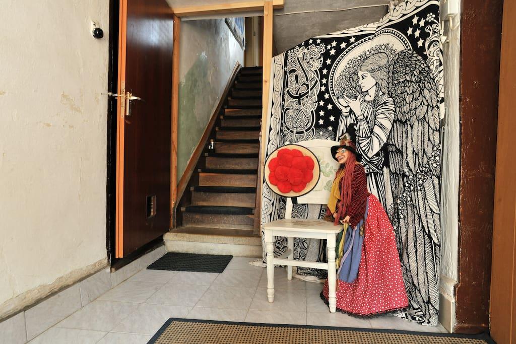 Der Eingang mit dem Schwarzwälder Bollenhut, der alten Hexe und der Elfe, alles vorhanden, was Haus und Bewohner unterstützt.