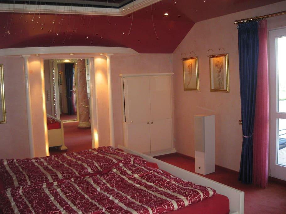 Das Schlafzimmer. Ein luxuriöses Schlafzimmer mit großem franz. Bett sowie einem großen LCD-TV, Begehbarem Kleiderschrank und einem traumhaften Balkon