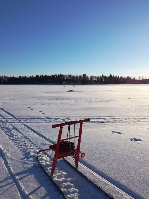 Talvella pääsee järvelle vaikka potkukelkalla.